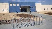 Juez ordena reducción drástica de población de detenidos en Adelanto