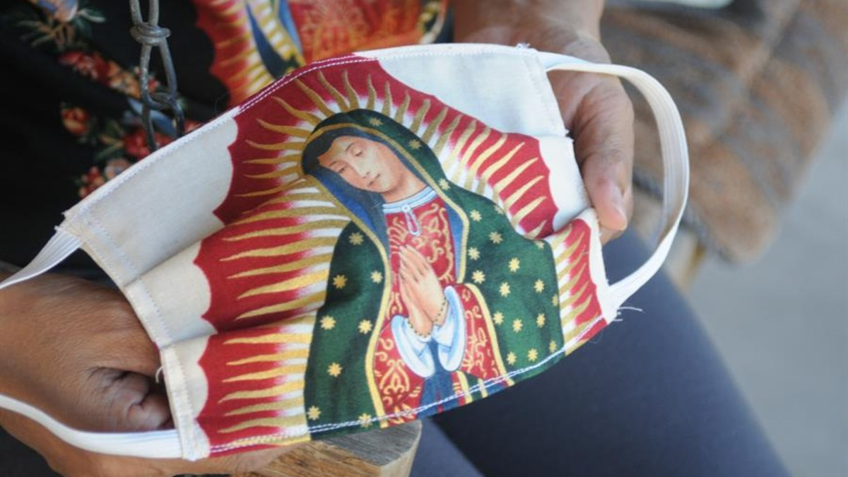 En Arizona fieles se protegen del coronavirus con cubrebocas de la Virgen  de Guadalupe – Telemundo Phoenix/Tucson