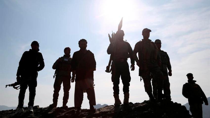 Silueta de combatientes armados.