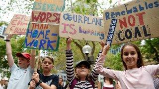Los manifestantes sostienen pancartas durante la manifestación del Día Nacional de Acción de Crisis Climática en Sydney, Australia, el 22 de febrero de 2020.