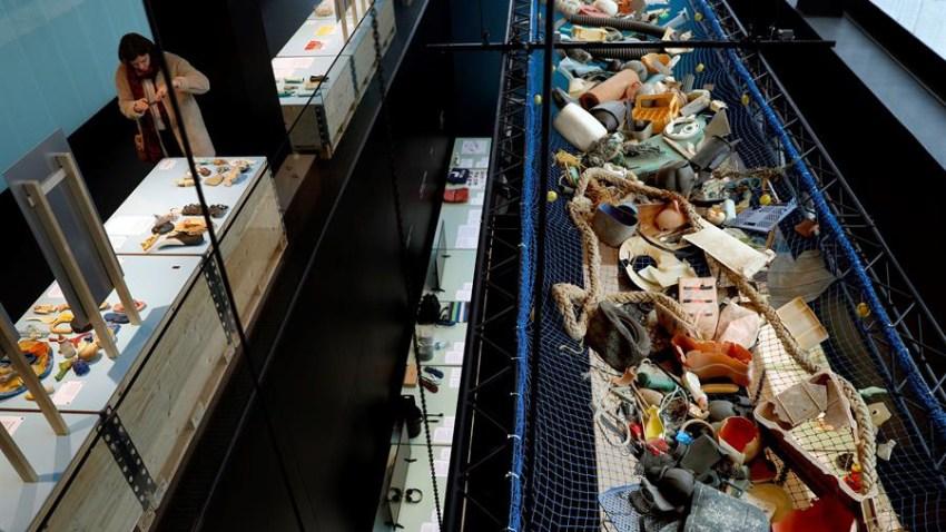 """Vista de la exposición """"Mares de plástico. Del problema a la solución"""", realizada en Barcelona con la colaboración de la Fundación We Are Water con el objetivo de concienciar a la sociedad sobre la gravedad de la basura plástica que inunda el océano."""