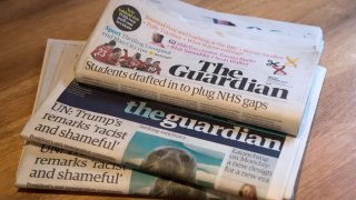 """Vista de un ejemplar del periódico británico """"The Guardian""""."""