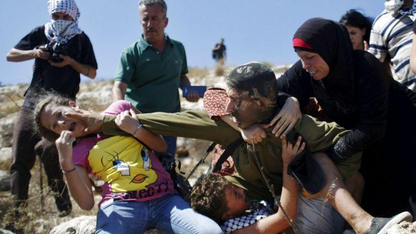 TLMd-israel-palestina-viral-intento-de-arresto-de-nino-palestino-reuters