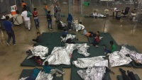 Gobierno podría separar a familias migrantes tras orden de jueza de liberar a menores