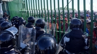 Migrantes intentan ingresar a México a empujones