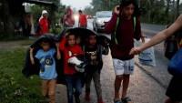 Guatemala deporta a un grupo de la caravana de migrantes a Honduras