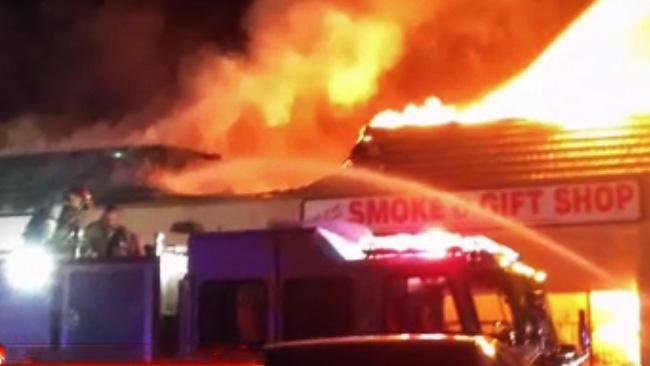 tlmd_incendio_en_centro_comercial_tiendas_al_norte_de_phoenix_arizona_policia_bomberos