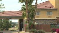 Habilitan algunos hoteles como albergues para inmigrantes indocumentados en Texas y Arizona