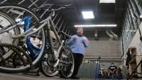 Lleva esperanza a la comunidad al arreglar bicicletas para los más necesitados
