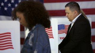 Foto de archivo que simula votantes en centro de votación.
