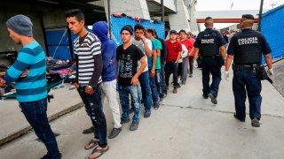 Fila de migrantes en estación en México