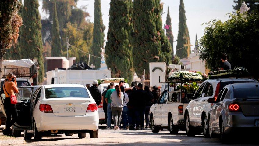 Decenas de personas y vehículos a las afueras de un cementerio en Guadalajara
