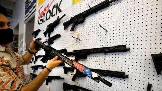 Avanzan dos proyectos de ley sobre manejo de armas en Arizona