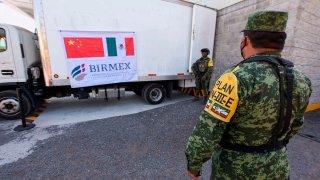 Soldados mexicanos custodian vacunas de CanSino envasadas en México