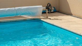 Hallan a bebé de 11 meses inconsciente en piscina en vivienda de Phoenix