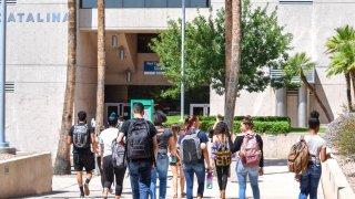 Ducey firma un proyecto de ley para permitir titulación de 4 años en colegios comunitarios