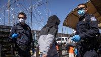 Más solicitantes de asilo que esperan en México podrán exponer sus casos en EEUU