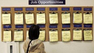 Autoridades en Arizona definirán cómo pagar el bono a quienes se reincorporen a la fuerza laboral