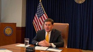 Ducey con fecha límite para firmar o vetar 12 de proyectos de ley pendientes