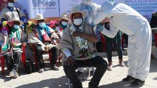Un hombre recibe la vacuna contra COVID-19 en El Alto