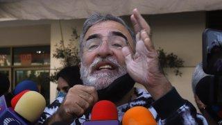 Vicente Fernández Jr. abordado por medios de comunicación