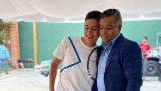 Imagen de dos hombres, padre e hijo, abrazados.