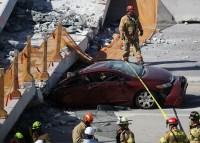 Dos trabajadores se encontraban sobre el puente millonario cuando cayó sobre los autos detenidos por un semáforo.