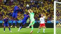 James centra de manera perfecta para que Yerry Mina se eleve y saque un cabezazo lo cual termina en un gran gol.