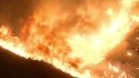 El devastador incendio forestal en Santa Clarita, California, ha empeorado por el calor y los vientos