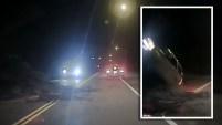 La cámara de una patrulla policial captó el momento de este increíble accidente en el que nadie resultó herido.