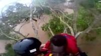 Un hombre fue hallado arriba de una planta y fue llevado en helicóptero a un lugar seguro en Mozambique.