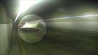 Un video de vigilancia desde el túnel O'Neil en Boston muestra una volcadura de un camión el viernes por la mañana, lo que ocasiona retrasos...