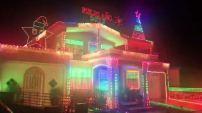 MIAMI - Un reportero de Telemundo 51 se sorprendió cuando vio una impresionante decoración de luces navideñas al ritmo de la...