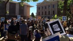 Video: Manifestantes siguieron a Gobernador Ducey para protestar leyes antiindocumentados