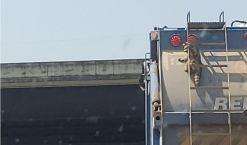 Descubierto polizón inesperado colgado de camión en marcha