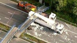 Camión se estrella con puente