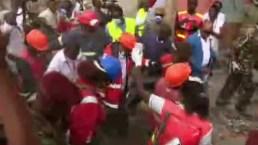Rescatan a mujer de escombros en Kenia