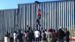 En video: forman escalera humana para cruzar el muro