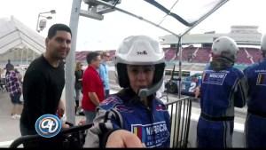 Priscilla Torres maneja un auto NASCAR