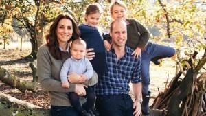 Duques de Cambridge se relajan en postal navideña