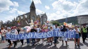 Miles protestan contra visita de Trump a Escocia