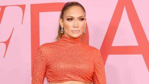Video: J-Lo muestra su trabajado abdomen durante gala