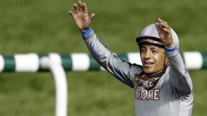 Jockey mexicano Víctor Espinoza se cae de su caballo