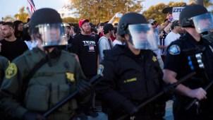 Centenares protestan contra Trump en California