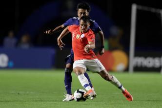 Doble amenaza, disparos de infarto de Alexis casi acaban en gol