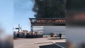 Incendio de doble alarma prende estructura en Tempe