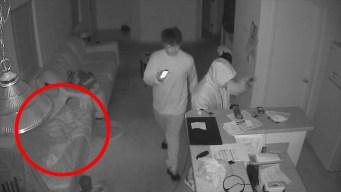 Perturbador video: roban casa a pies de niño dormido