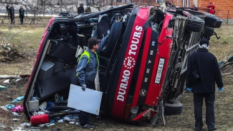 Vuelco de autobús deja al menos 14 muertos