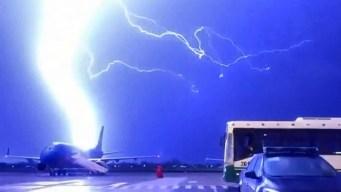 En video: rayo impacta avión en pista de aterrizaje