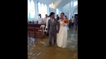 Se casan en iglesia inundada y con los pies en el agua